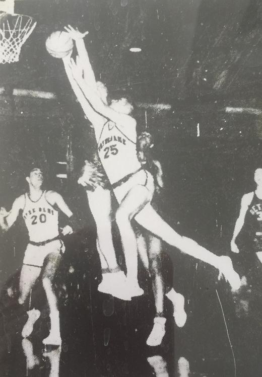 <em>John Dearie drives around Dave DeBusschere for a Notre Dame basket. January 10, 1960. (Detroit Free Press).</em>